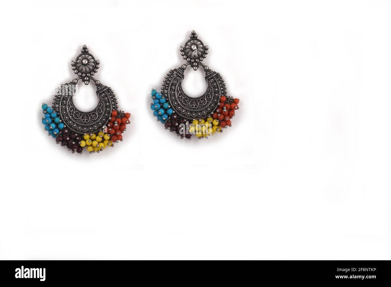 Orecchini ossidati in argento stile etnico indiano, eleganti con perline multicolore, orecchini Jhumka, orecchini a bottone Drop Foto Stock