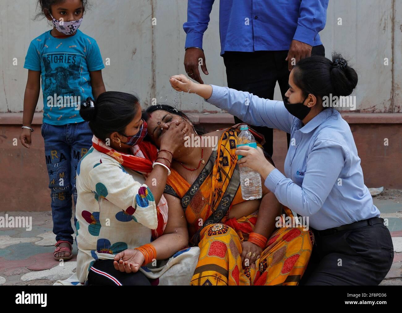 Una donna è consolata dopo che suo marito è morto a causa della malattia del coronavirus (COVID-19) fuori di un mortuario di un ospedale COVID-19 a Nuova Delhi, India, 15 aprile 2021. REUTERS/Danese Siddiqui Foto Stock