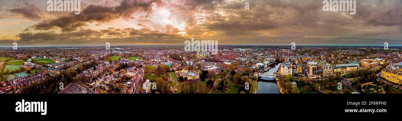 Vista panoramica aerea dello skyline di York, Regno Unito all'alba con la cattedrale di York. Foto Stock