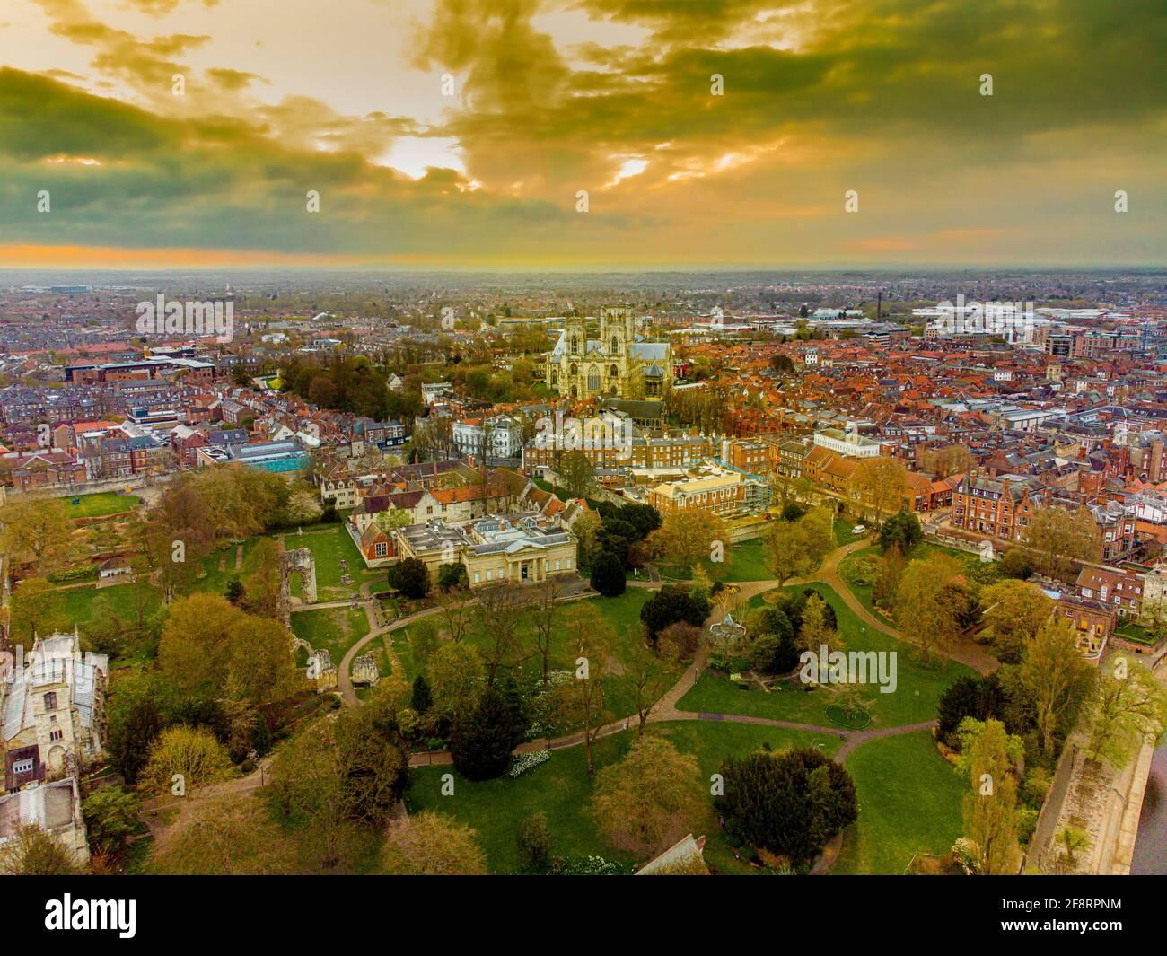 Vista aerea dello skyline di York, Regno Unito all'alba con la cattedrale di York. Foto Stock