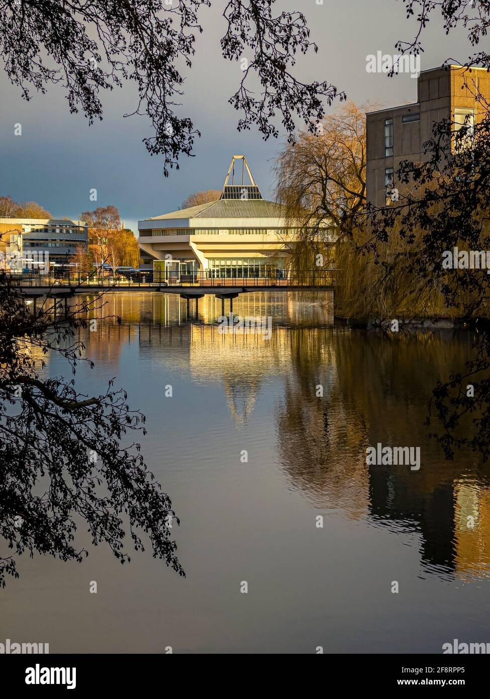 Lago e sala centrale con il ponte Vanbrugh in primo piano alla York University, Regno Unito. Foto Stock