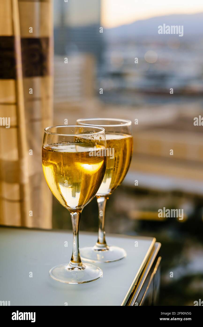 Due bicchieri di champagne in camera Foto Stock