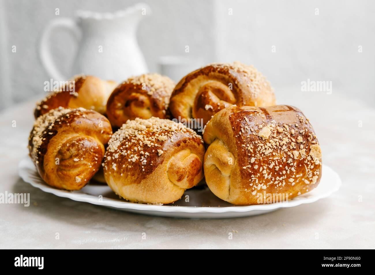 Panini alla vaniglia con marmellata d'arancia di Siviglia e streusel Foto Stock