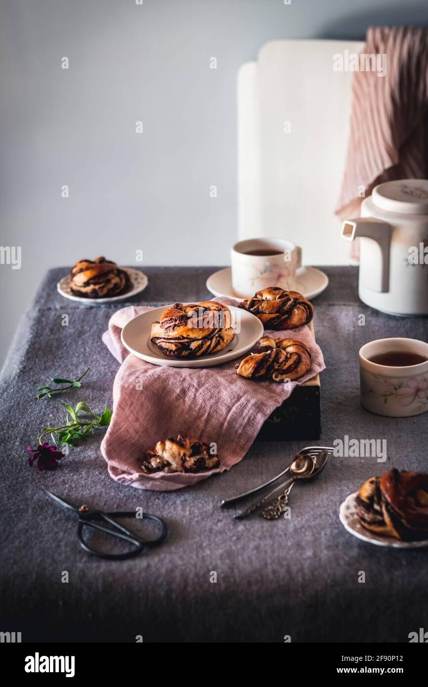 Il tè e la babka al cioccolato nodi mattina scena 5 Foto Stock