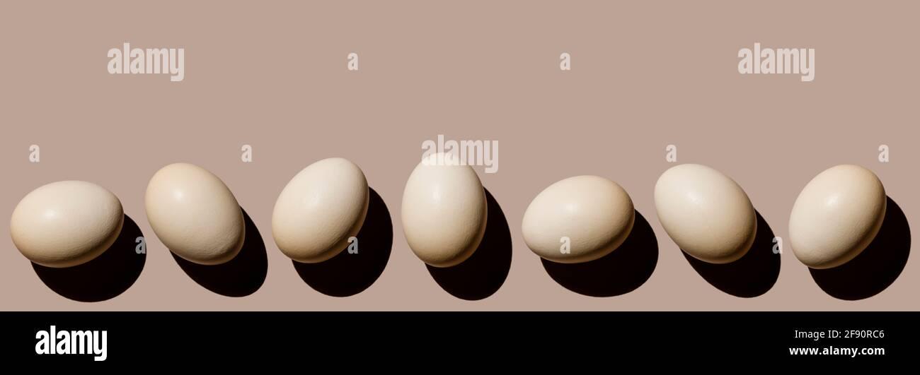 Uova di pollo su sfondo beige spazio copia Foto Stock