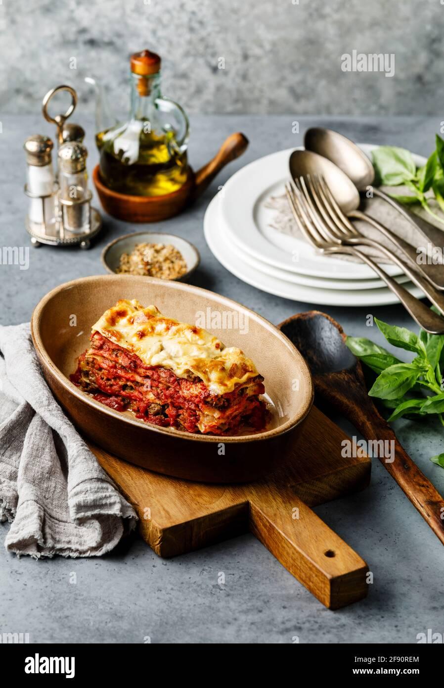 Lasagna bolognese tradizionale cucina italiana su fondo di cemento Foto Stock