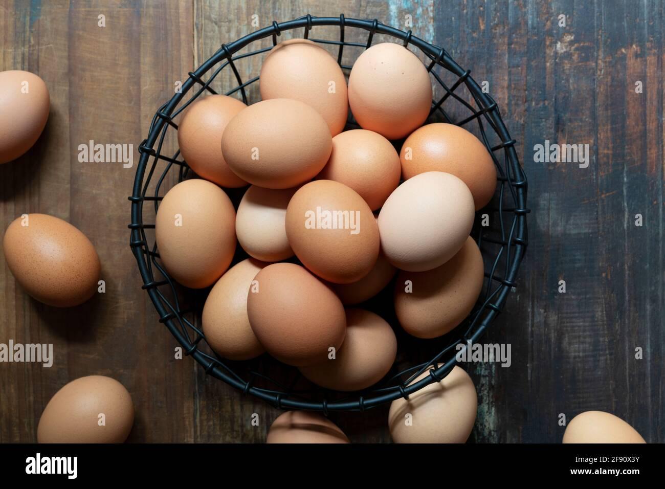 Far rosolare le uova di pollo in un cestello di filo. Foto Stock