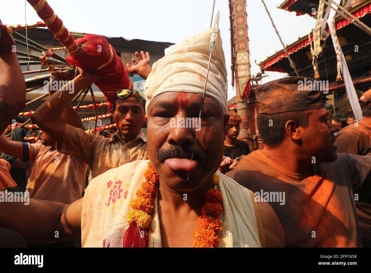 Kathmandu, NE, Nepal. 15 Aprile 2021. Buddha Krishna Shrestha, 48 anni, pierces la sua lingua per l'ottava volta nella sua vita, durante l'annuale Jibro Chhedne Jatra (Tongue Piercing Festival) in occasione del nuovo anno, a Bode, Thimi a Kathmandu, Nepal, il 15 aprile 2021. Credit: Aryan Dhimal/ZUMA Wire/Alamy Live News Foto Stock