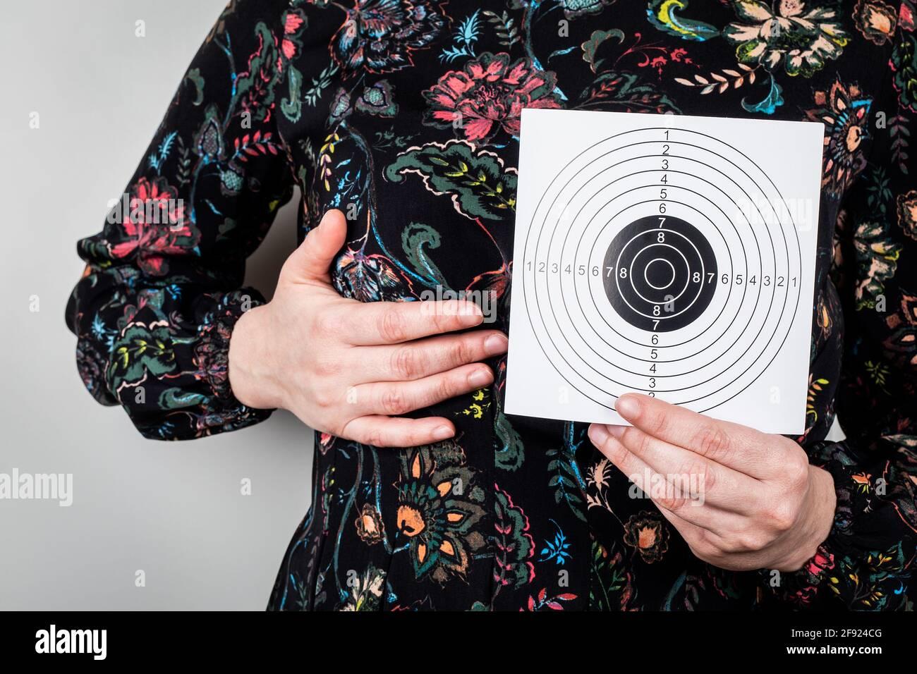 Salute delle donne. Esame e trattamento della mammella. Donna con carta bersaglio. Foto Stock