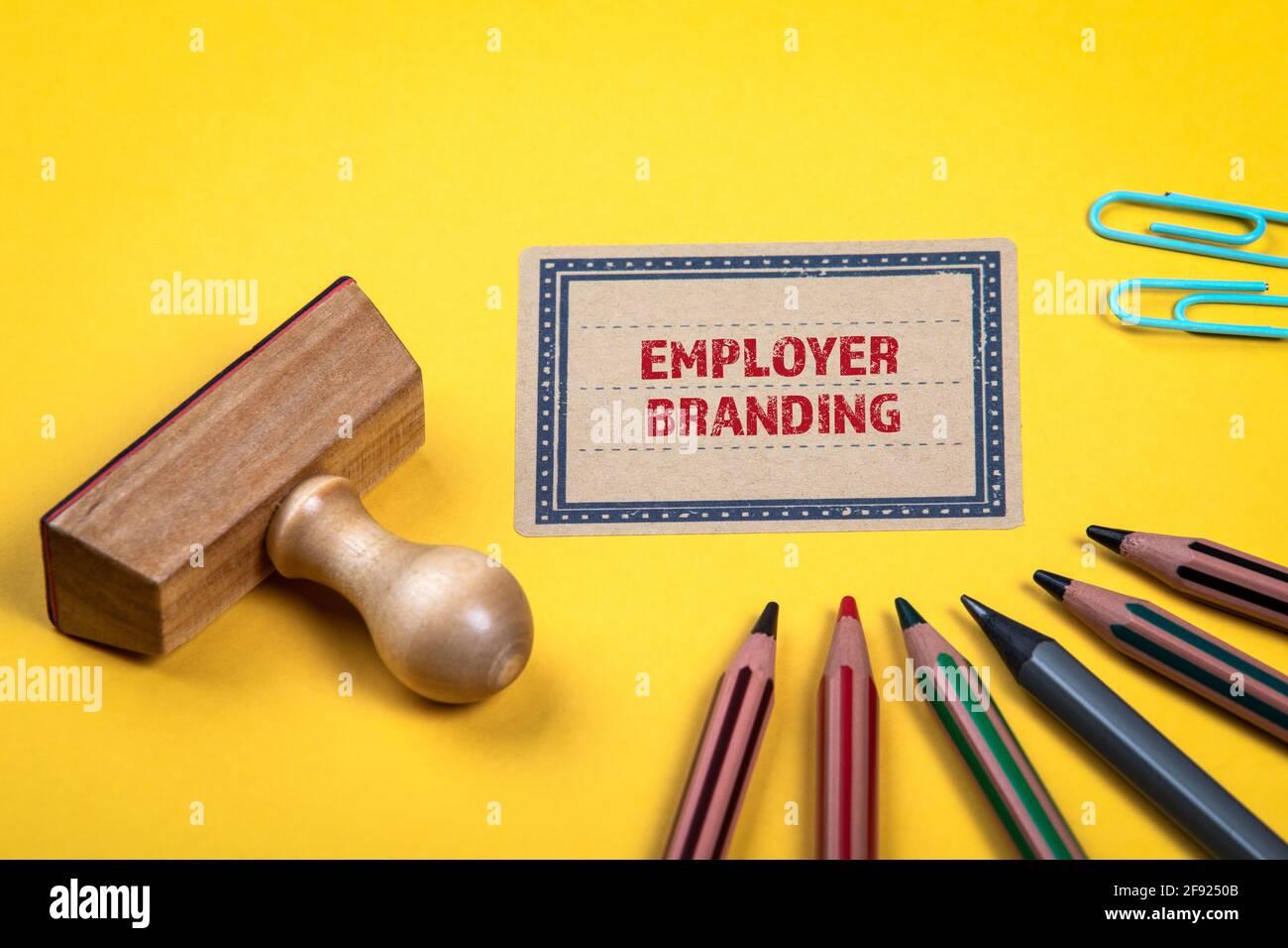 Concetto di branding del datore di lavoro. Cartella gialla di note e documenti. Materiali di consumo per ufficio. Foto Stock