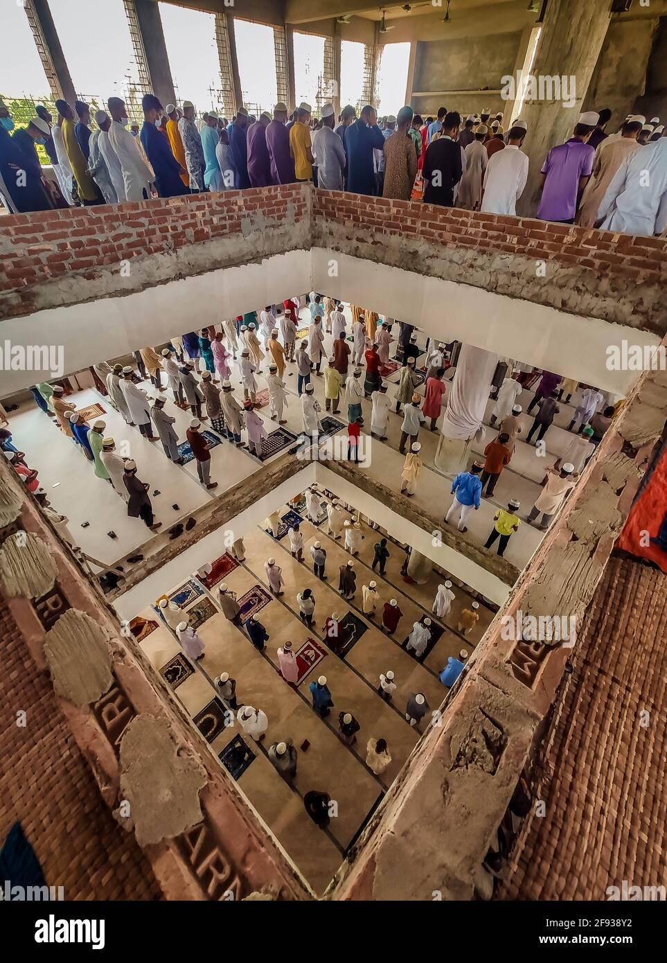 Barishal, Barishal, Bangladesh. 16 Apr 2021. Nonostante la situazione di blocco nel Paese, dove quasi 20 persone sono autorizzate a pregare in una moschea alla volta, la gente non si preoccupa il Govt. Protocollo di salute e prendere la loro preghiera di Jummah durante il mese Santo in Ramadan in un numero enorme ad una moschea è città di Barishal, Bangladesh senza mantenere un minimo di distanza sociale e molti di loro non ha messo una maschera anche. Credit: Mustasinur Rahman Alvi/ZUMA Wire/Alamy Live News Foto Stock