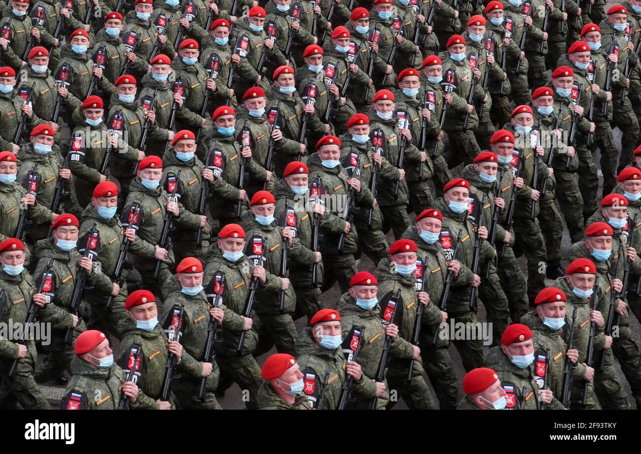 Regione di Mosca, Russia. 16 Apr 2021. I militari marciano in formazione durante una prova per una parata militare del giorno della Vittoria in Piazza Rossa che segna il 76° anniversario della vittoria sulla Germania nazista nella seconda guerra mondiale, presso il campo di allenamento dell'Alabino. Credit: Alexander Shcherbak/TASS/Alamy Live News Foto Stock