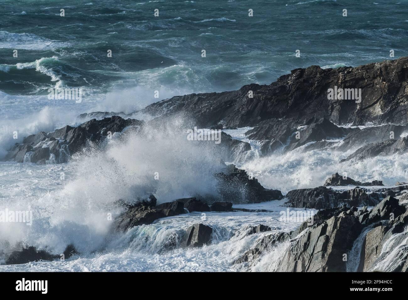 Onde che si infrangono sulle Cribbar Rocks sulla costa di Towan Head a Newquay in Cornovaglia. Foto Stock