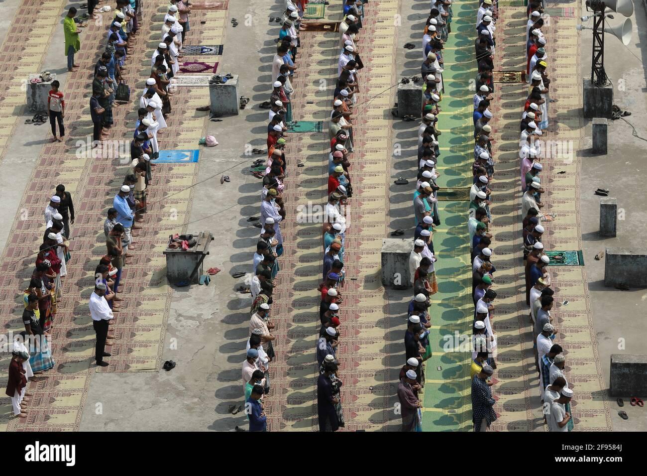 Dhaka, Bangladesh. 16 Apr 2021. La gente esegue la preghiera del venerdì durante il mese santo dei musulmani Ramadan, a Dhaka, Bangladesh, 16 aprile 2021. Il Bangladesh implementa una restrizione sociale su larga scala che include un protocollo rigoroso per tenere la preghiera comune come indossare la maschera facciale, fornendo disinfettante, distanza fisica per prevenire la diffusione di COVID-19. Foto di Kanti Das Suvra/ABACAPRESS.COM Credit: Abaca Press/Alamy Live News Foto Stock