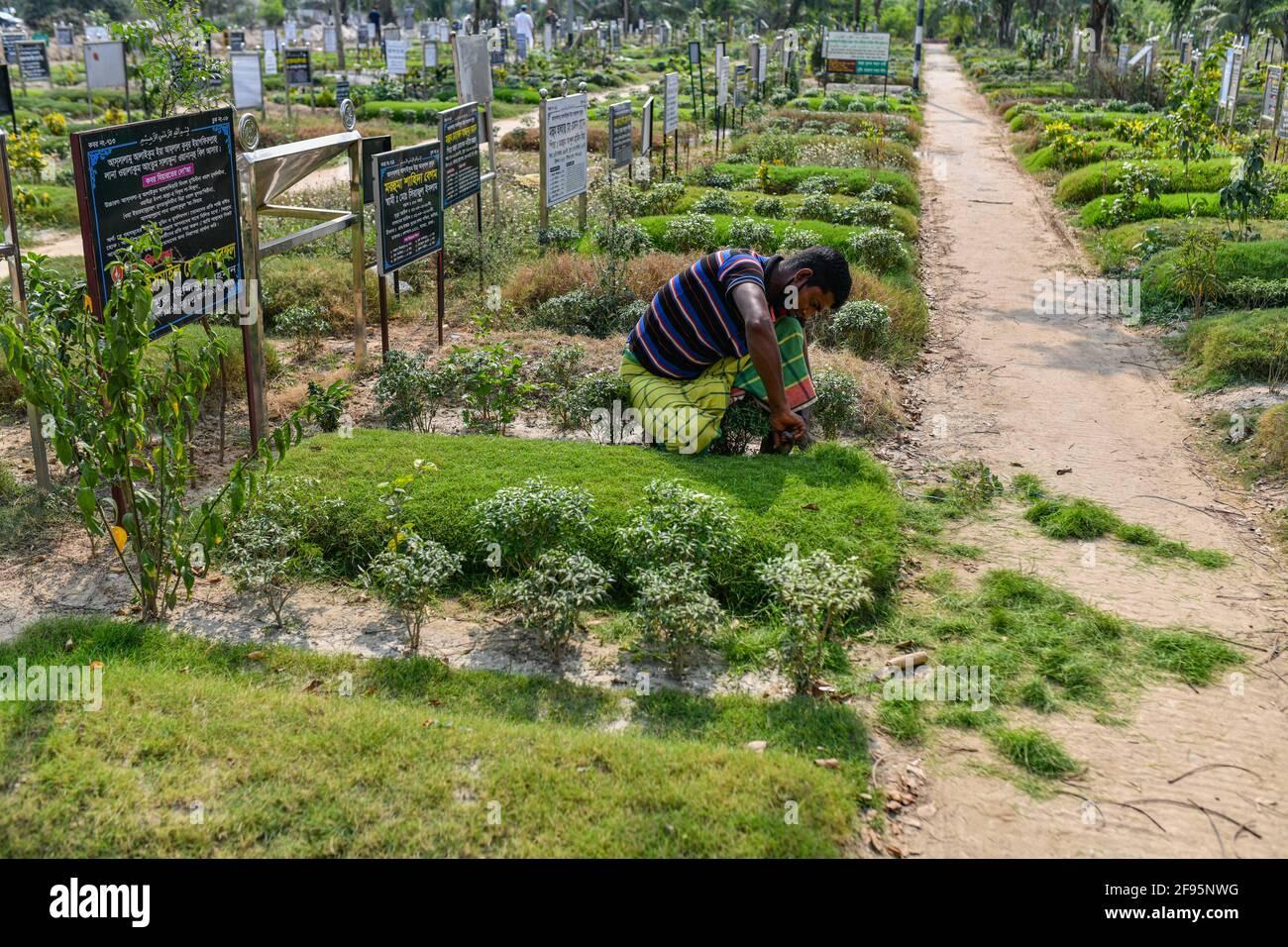 Dhaka, Bangladesh. 16 Apr 2021. Un gravedigger mantiene il cimitero di Rayer Bazar a Dhaka. (Foto di Zabed Hasnain Chowdhury/SOPA Images/Sipa USA) Credit: Sipa US/Alamy Live News Foto Stock