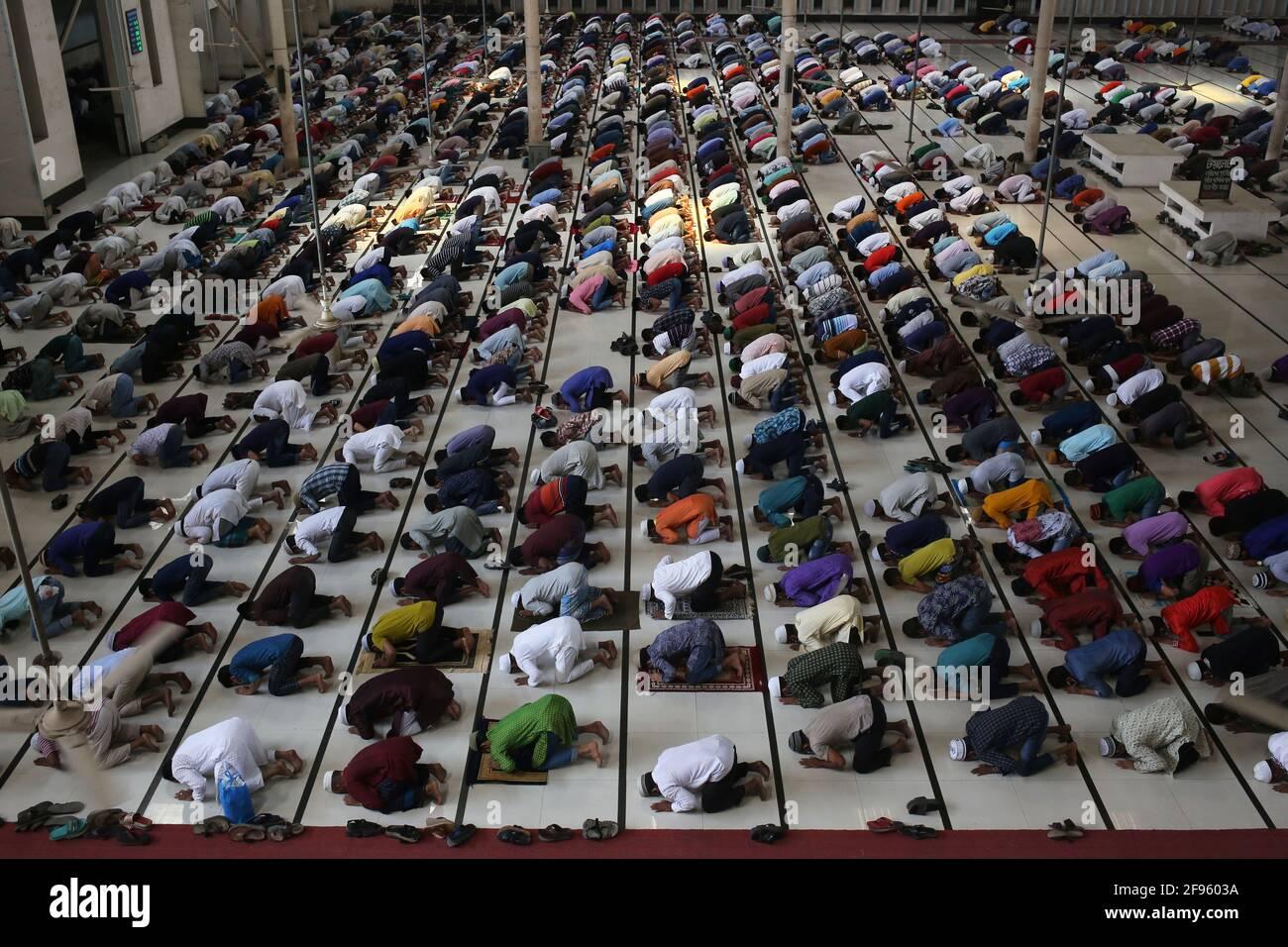 16 aprile 2021, Dhaka, Bangladesh: Si è visto che le persone ignoravano le questioni di sicurezza come l'allontanamento sociale mentre eseguivano la prima preghiera jumma del mese santo di ramadan durante il rigido blocco imposto dal governo a causa della pandemia COVID-19. (Immagine di credito: © Md. Rakibul Hasan/ZUMA Wire) Foto Stock