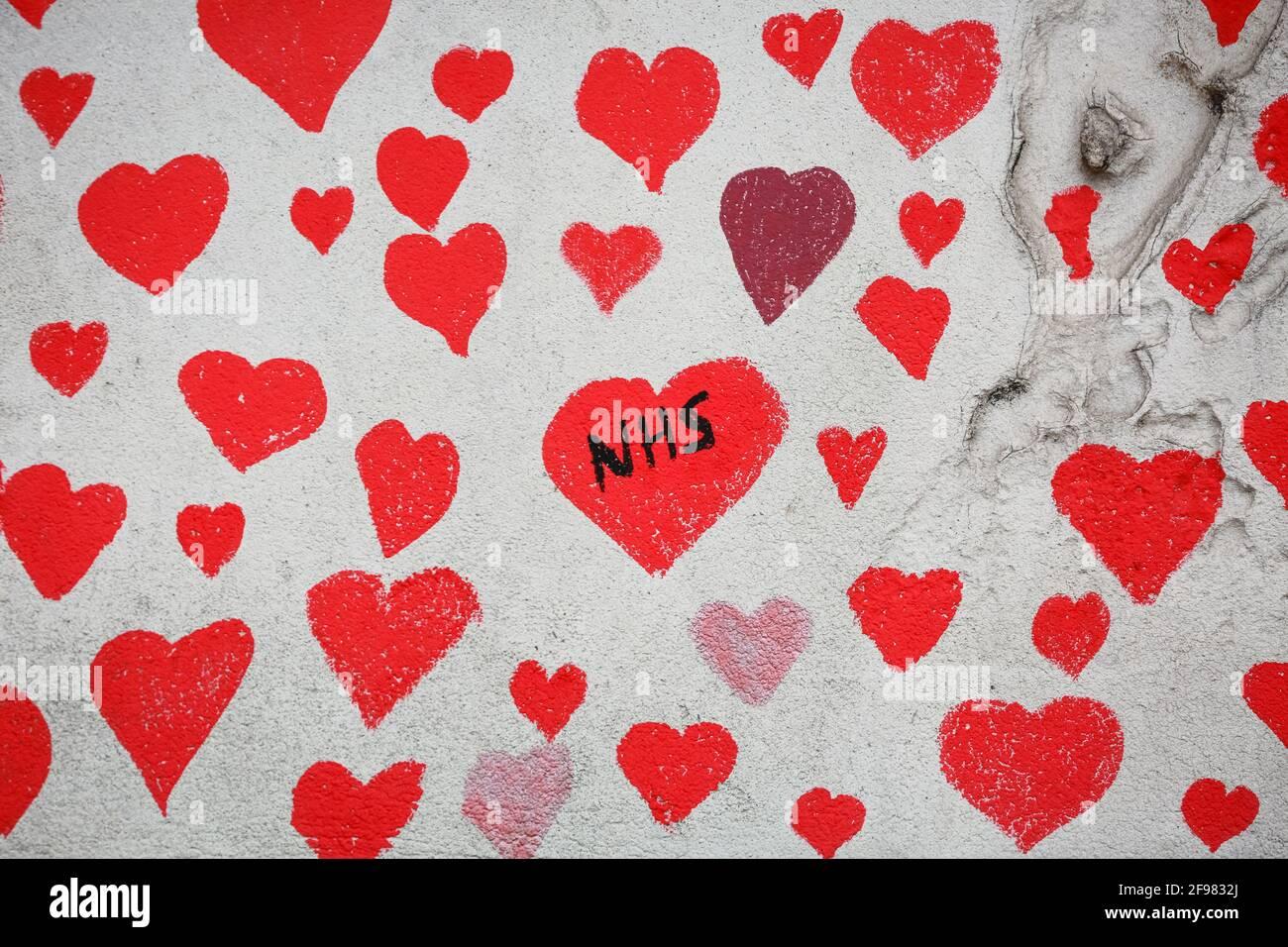 Londra, Regno Unito. 13 aprile 2021. Il National COVID Memorial Wall - mano ha disegnato cuori rossi su un muro di fronte al Parlamento. Credito: Waldemar Sikora Foto Stock