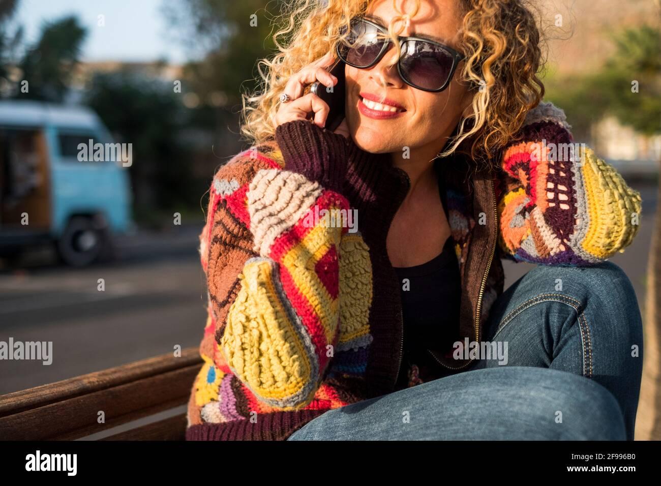 Ritratto di allegra felice bella donna che fa la telefonata dentro giornata di sole attività di svago all'aperto da sola - concetto di gioiosa bella donna in estate primavera stile di vita sorridente Foto Stock