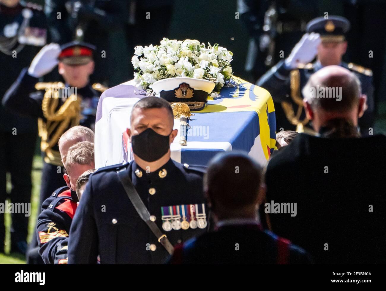 I portacolori che trasportano la bara nella Cappella durante i funerali del Duca di Edimburgo nella Cappella di San Giorgio, Castello di Windsor, Berkshire. Data immagine: Sabato 17 aprile 2021. Foto Stock