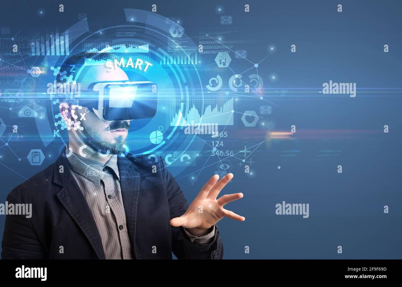 Uomo d'affari che guarda attraverso gli occhiali VR Foto Stock