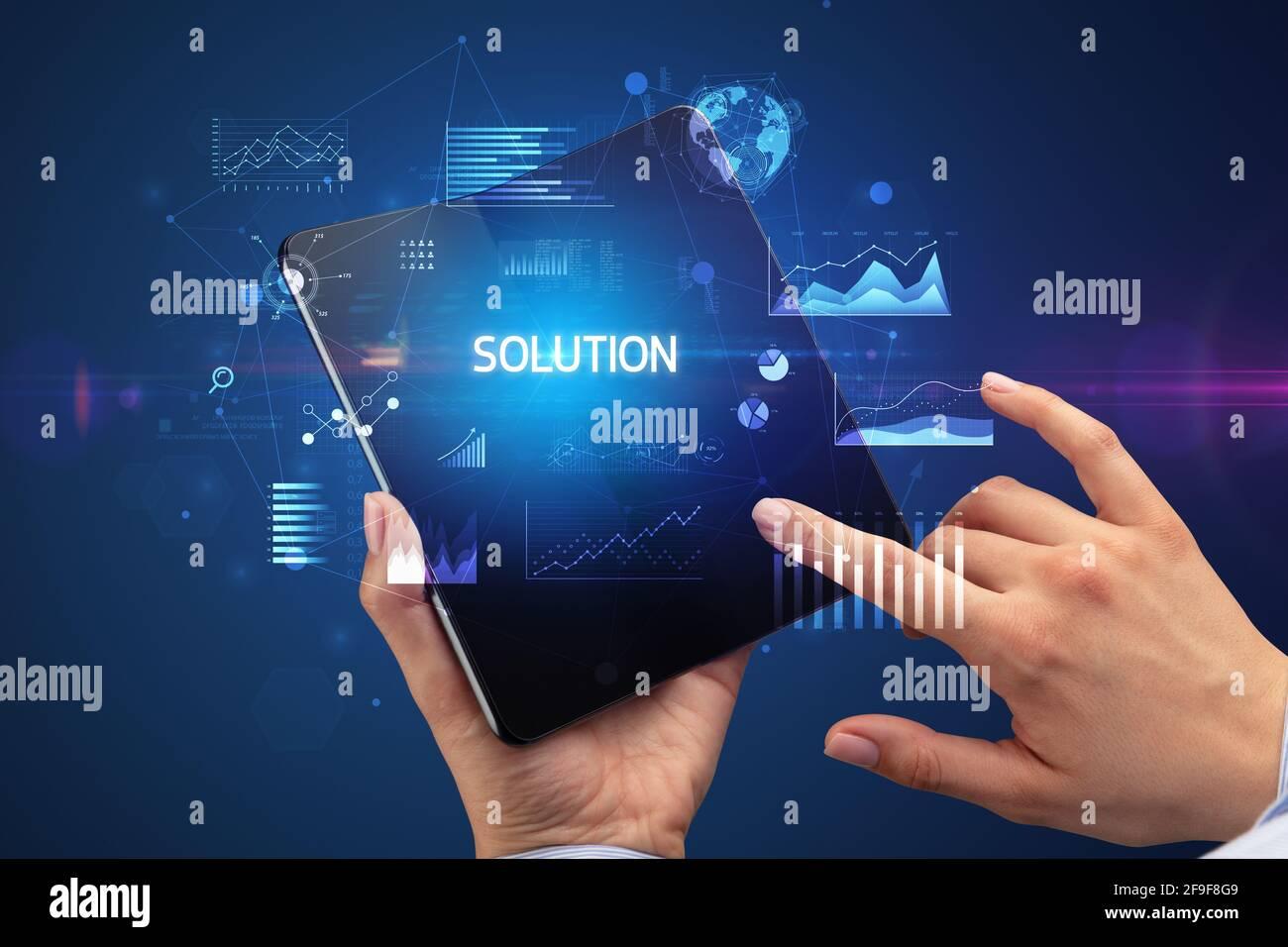 Uomo d'affari con uno smartphone pieghevole, concetto aziendale Foto Stock