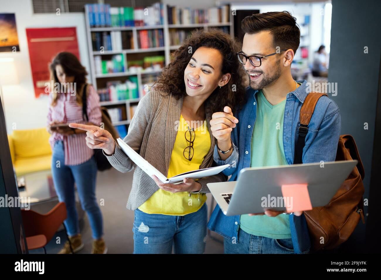 Gruppo di studenti studiano in biblioteca. Apprendimento e preparazione per l'esame universitario. Foto Stock