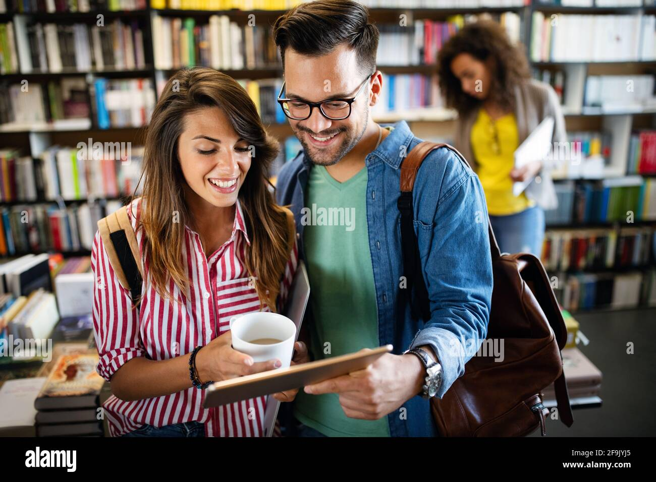 Giovani studenti universitari che studiano insieme. Gruppo di amici multirazziali in università Foto Stock