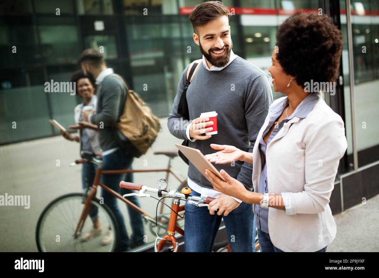 Ritratto di happy business amici godendo la pausa dalla riunione Foto Stock