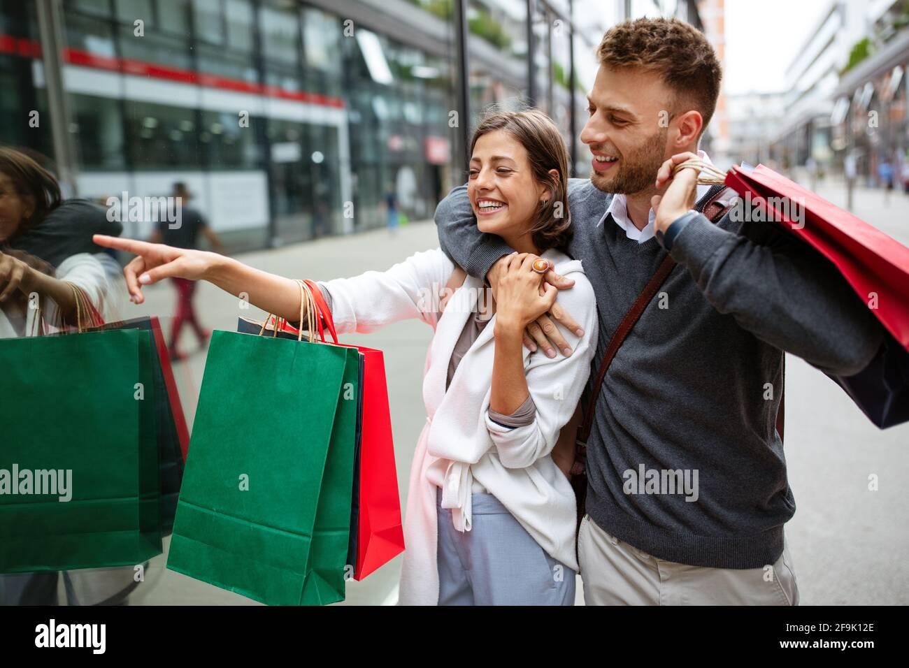 Bella giovane coppia godendo in shopping, divertendosi insieme. Foto Stock