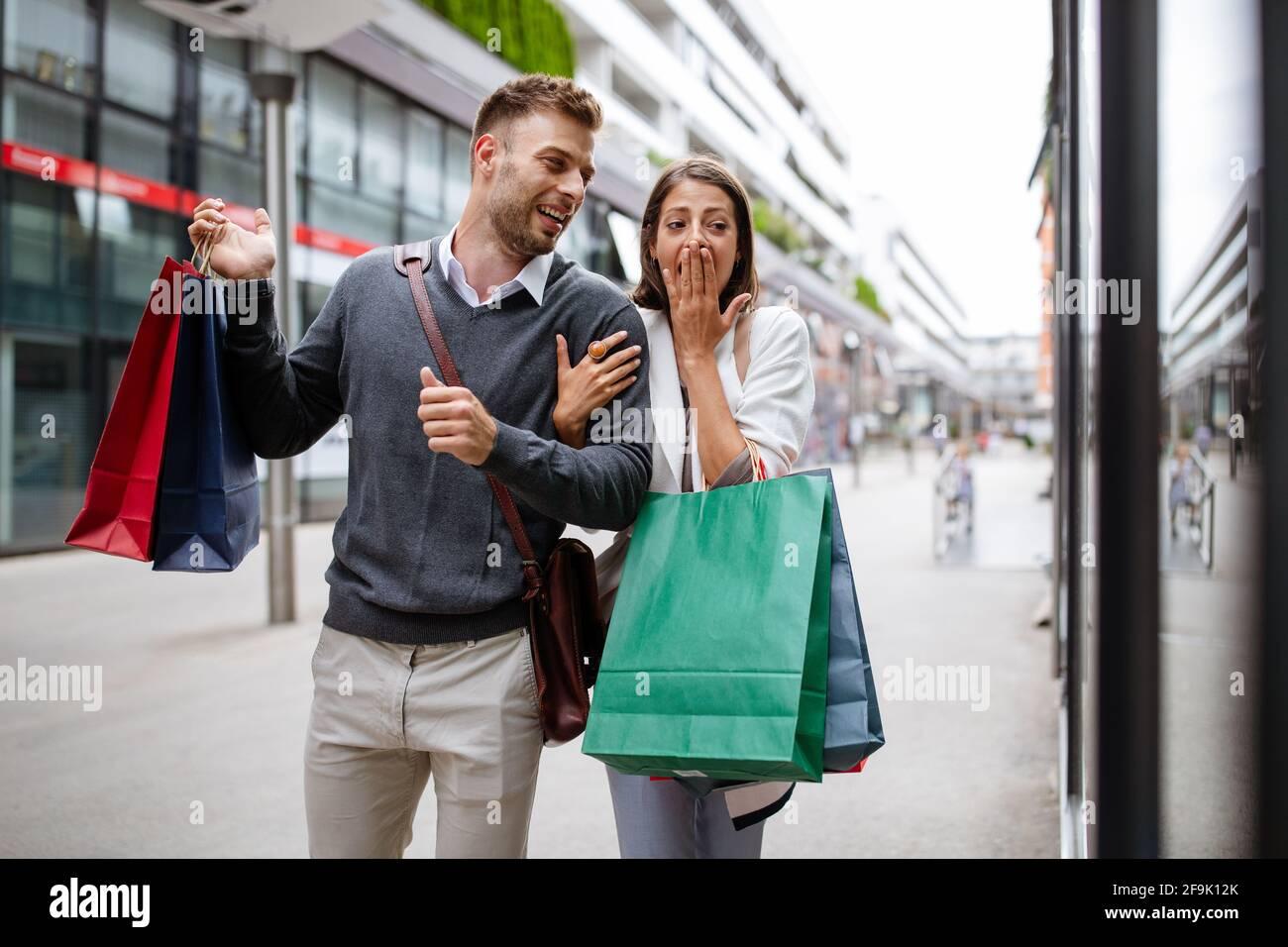 Buona coppia con borse per lo shopping in città. Persone, vendita, amore e concetto di felicità. Foto Stock