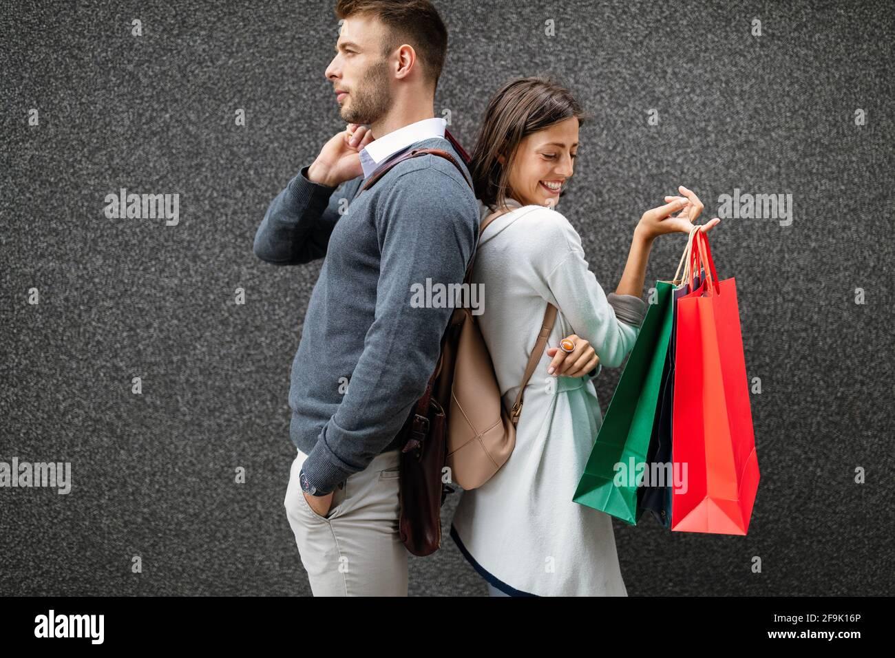 Coppia felice con borse di shopping. Vendita, viaggi, amore consumismo e concetto di persone. Foto Stock