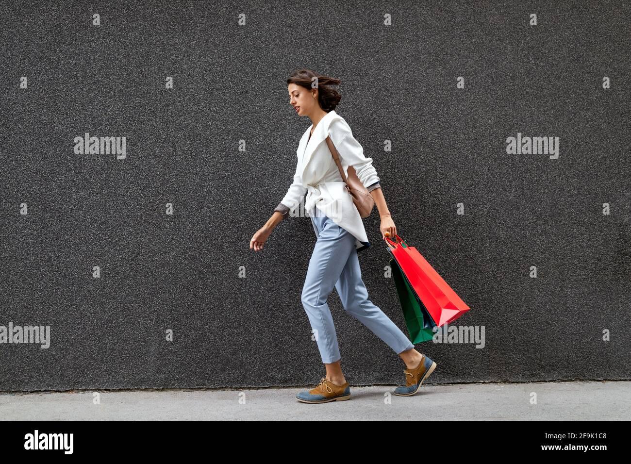 Ritratto di bella giovane donna sorridente con borse per lo shopping Foto Stock