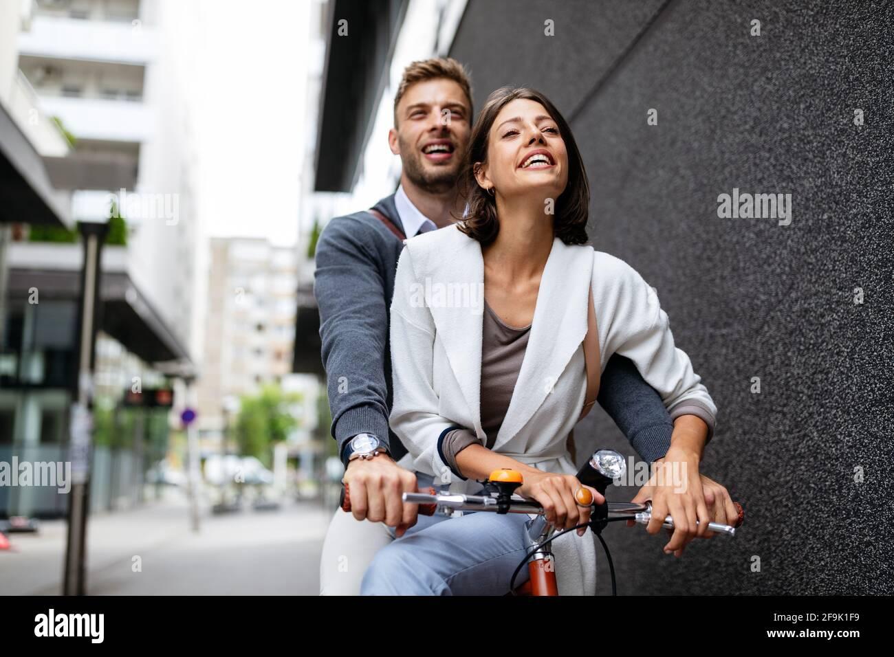 Bella coppia felice innamorato in bicicletta in città Foto Stock