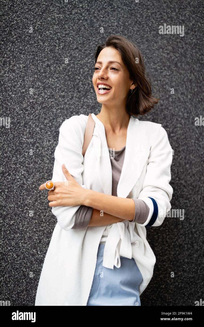 Bella amichevole sorridente giovane donna ritratto naturale Foto Stock