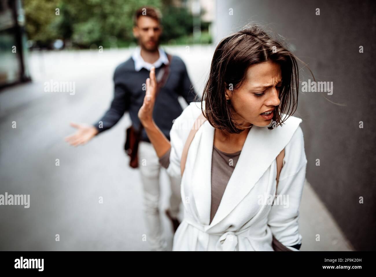 Triste giovane donna e uomo all'aperto sulla strada che ha problemi di relazione Foto Stock
