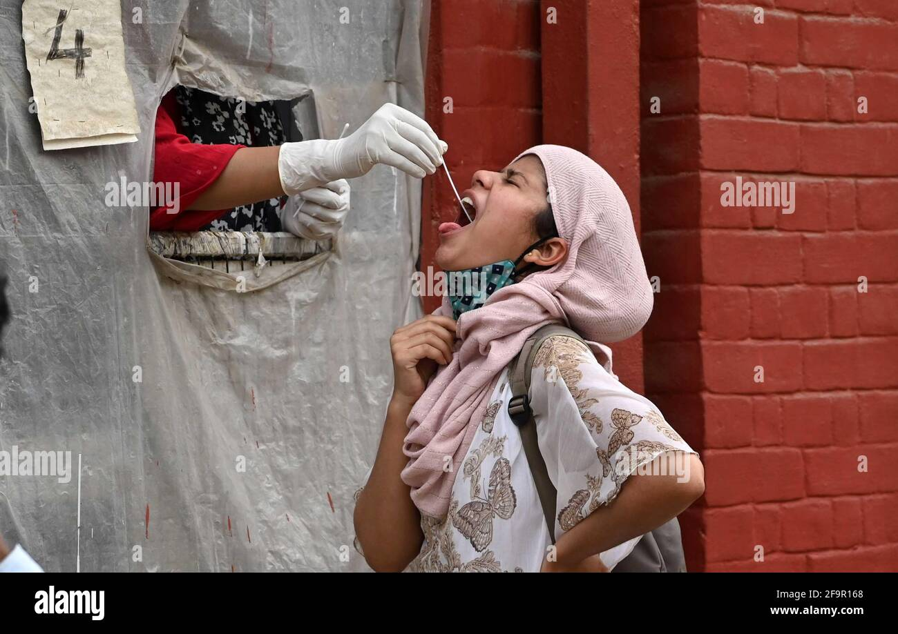 Allahabad, India. 20 Apr 2021. Un operatore sanitario che preleva un campione di tampone in un centro di raccolta a Prayagraj. (Foto di Prabhat Kumar Verma/Pacific Press) Credit: Pacific Press Media Production Corp./Alamy Live News Foto Stock