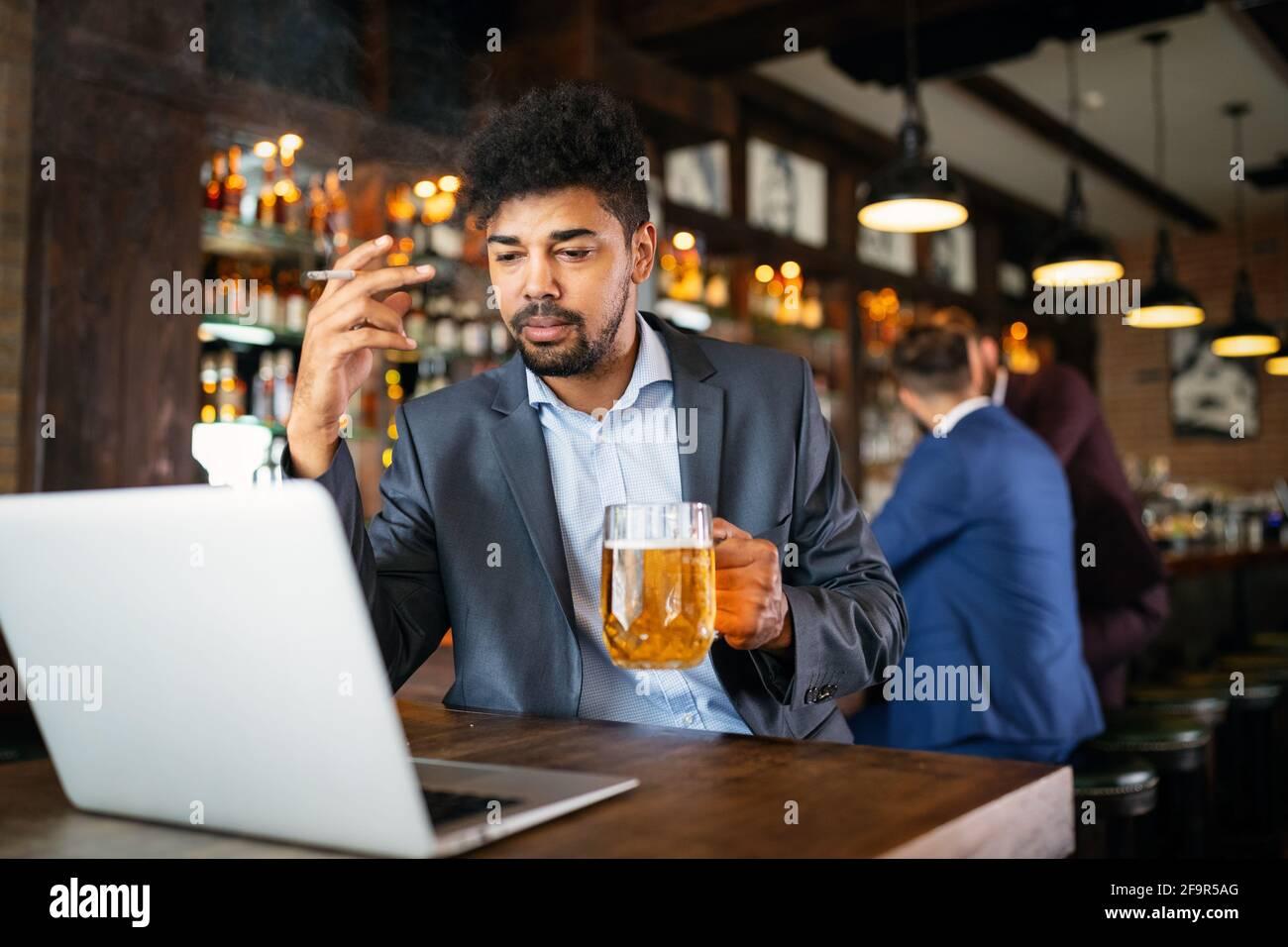La gente, la dipendenza di alcool della nicotina e il concetto difettoso di abitudini. Foto Stock