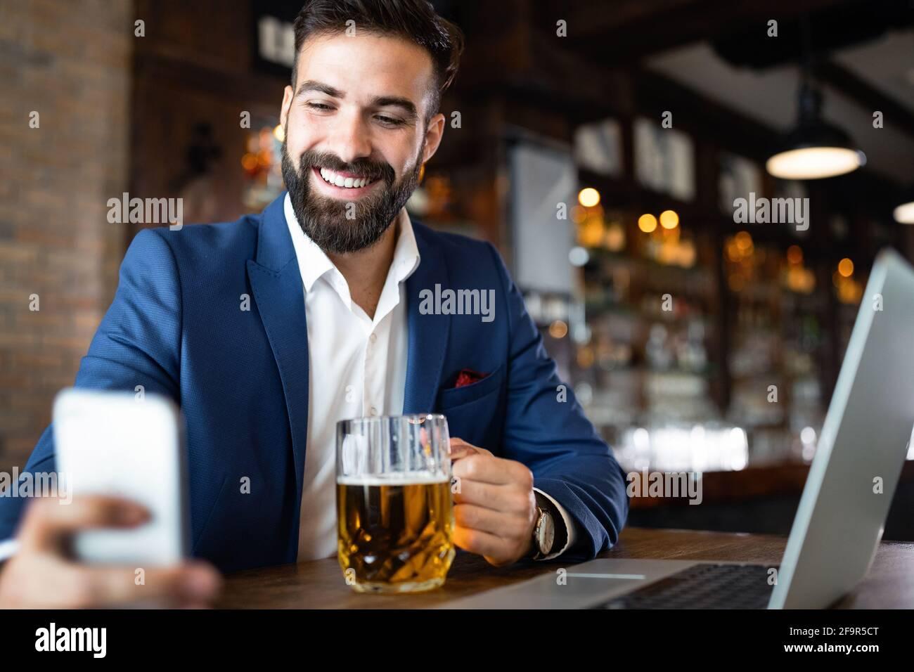 Giovane uomo d'affari che ha una pausa in un ristorante. Concetto di stile di vita professionale Foto Stock