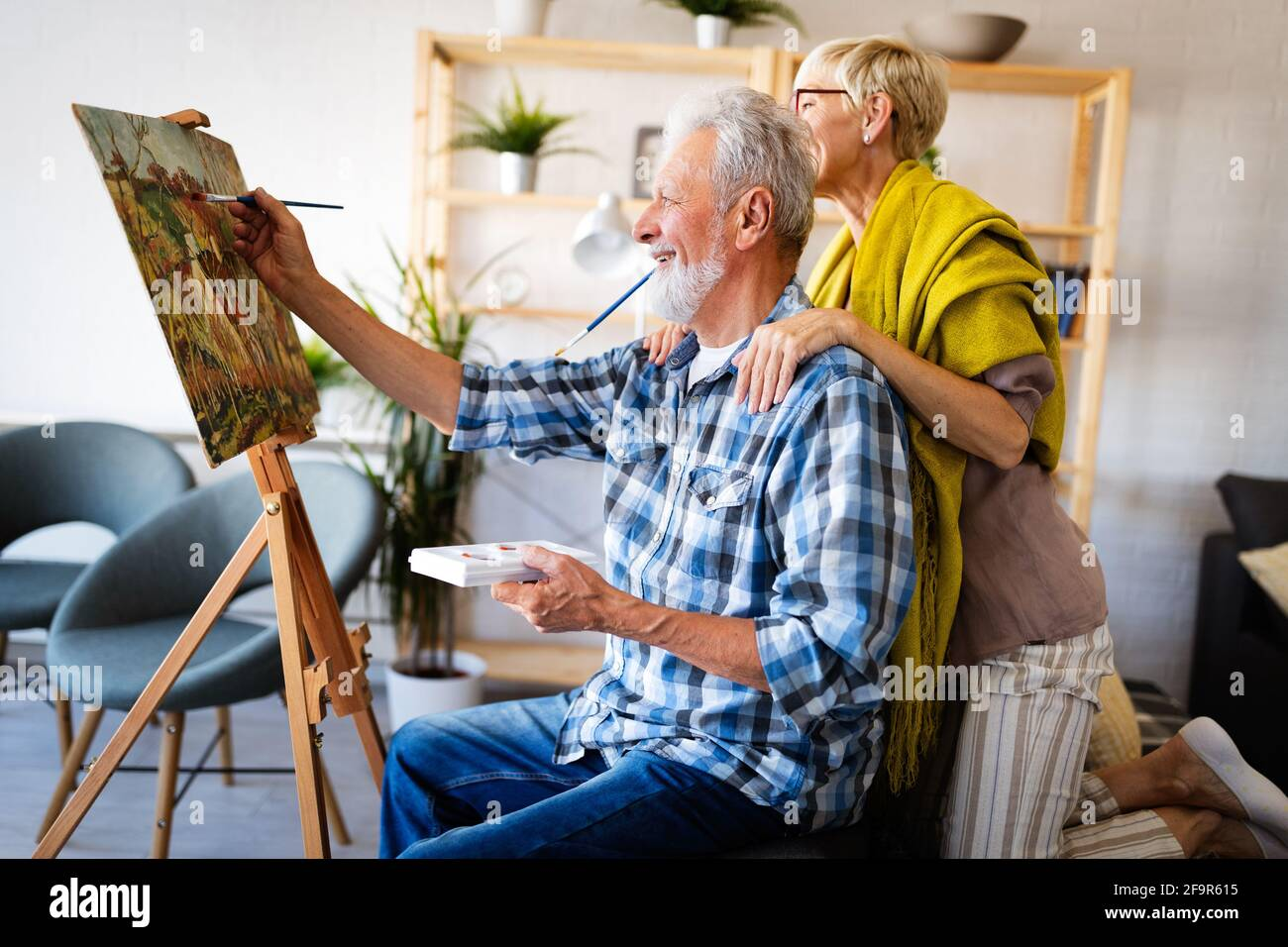 Ritratto di sorridente bella coppia di anziani la pittura Foto Stock
