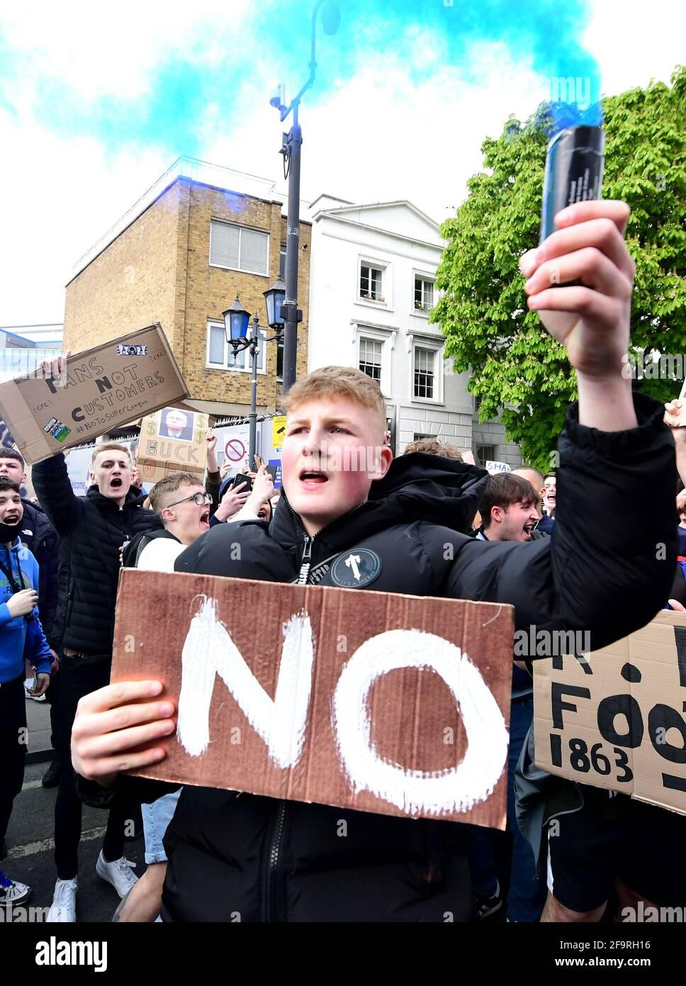 I tifosi protestano contro il coinvolgimento di Chelsea nella nuova Super League europea fuori da Stamford Bridge, Londra. Data immagine: Martedì 20 aprile 2021. Foto Stock