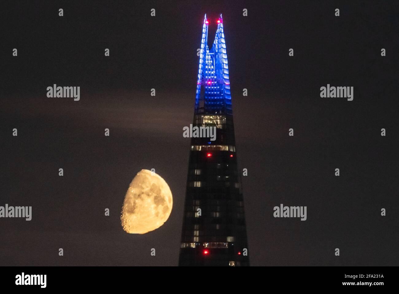 Londra, Regno Unito. 22 aprile 2021. UK Weather: Una luna Gibbous al 75% di Waxing continua a impostare nelle prime ore del giovedì, muovendosi dietro l'edificio del grattacielo Shard seguendo una direzione nord occidentale. Credit: Guy Corbishley/Alamy Live News Foto Stock