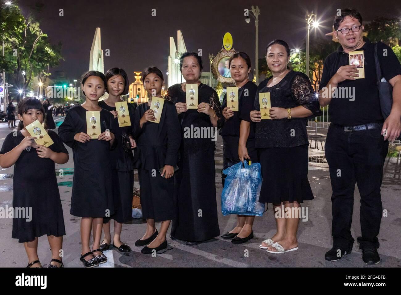 Famiglia di lutto con fotografia di re Bhumibol, Rama IX, Bangkok, Thailandia Foto Stock
