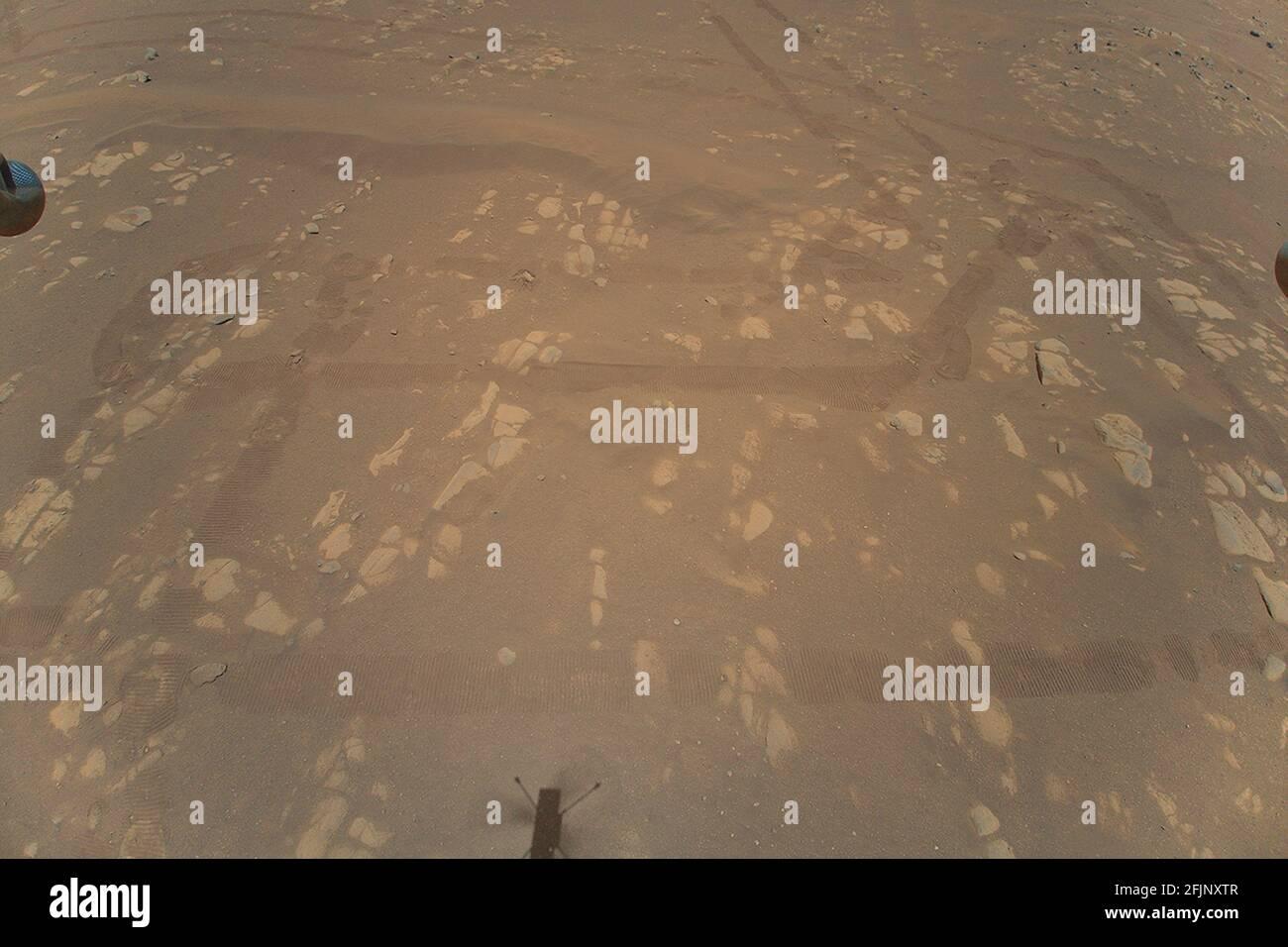 Washington, Stati Uniti. 25 Apr 2021. Ingenuity Mars Helicopter della NASA ha catturato questo colpo mentre ha superato la superficie marziana il 22 aprile 2021, durante il suo secondo volo di prova riuscito. Ha utilizzato la sua telecamera di navigazione, che traccia autonomamente il terreno durante il volo. Crediti NASA/UPI: Notizie dal vivo UPI/Alamy Foto Stock