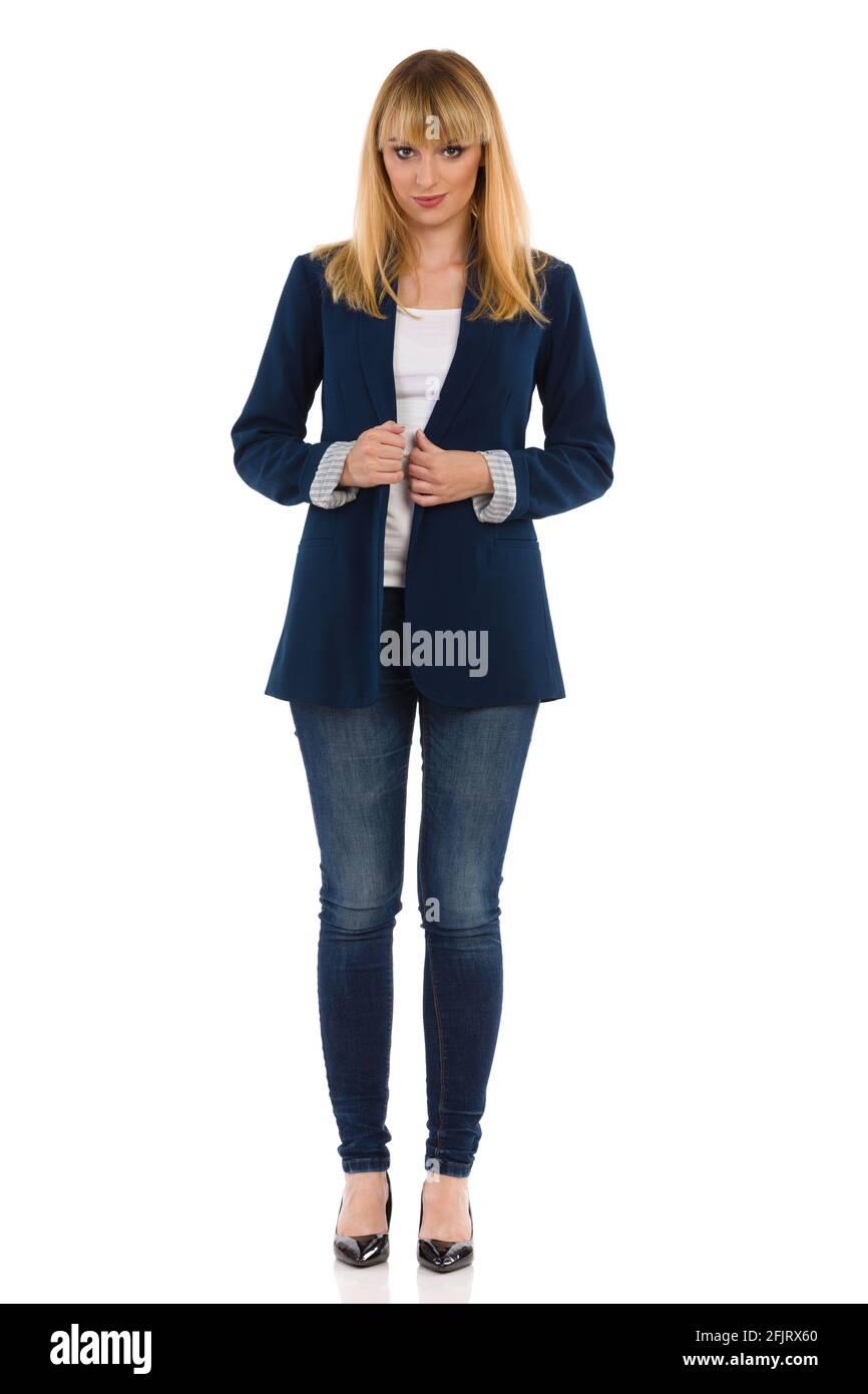 Bella giovane donna d'affari è in piedi e guardando la macchina fotografica. Vista frontale. Riprese in studio a tutta lunghezza isolate su bianco. Foto Stock