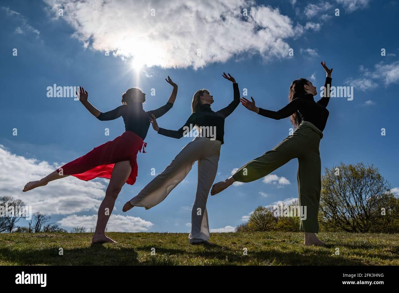 Londra, Regno Unito. 28 aprile 2021. Giornata Internazionale della Danza: I ballerini di Ranbu si esibiscono collettivamente su Hampstead Heath in vista della Giornata Internazionale della Danza il 29 aprile (L-R Belinda Roy, Sophie Chinner, Coralie Calfond). Il collettivo di danza recentemente formato, con sede a Londra e Giappone, mira a creare una piattaforma per i ballerini contemporanei per collaborare, eseguire e condividere idee con altri artisti. Celebrata per la prima volta nel 1982, la Giornata Internazionale della Danza si è svolta ogni anno dalla nascita di Jean-Georges Noverre (1727-1810), il creatore del balletto moderno. Credit: Guy Corbishley/Alamy Live News Foto Stock