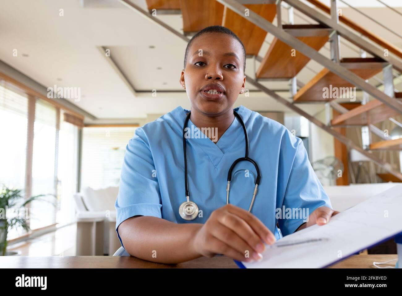African american femmina medico che dà video chiamata consultazione guardando a. fotocamera Foto Stock