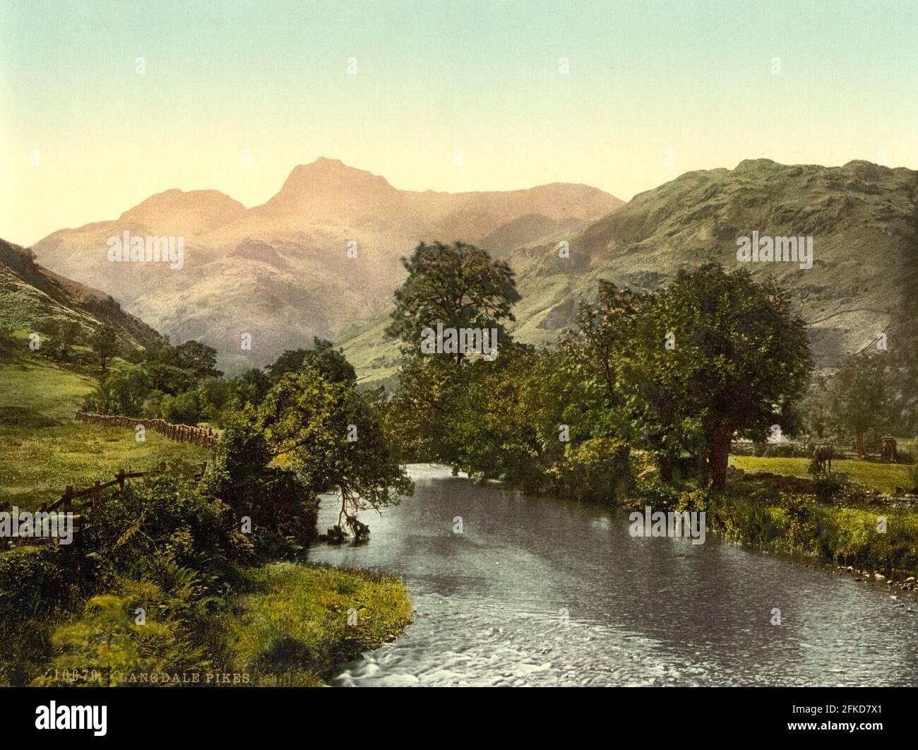 Il fiume Brathay e i Pikes di Langdale nel distretto dei laghi, Cumbria circa 1890-1900 Foto Stock