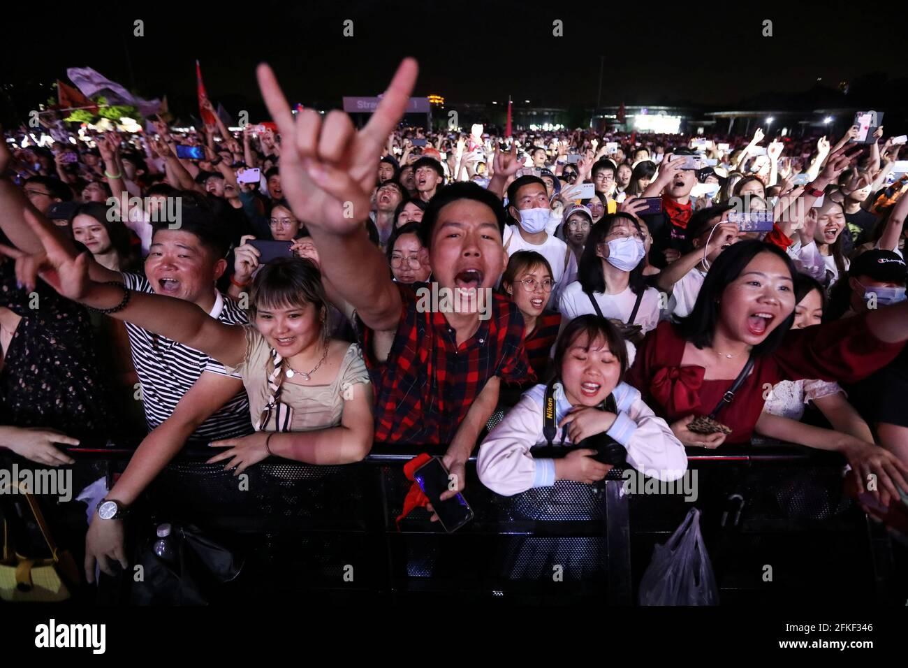 I fan assistono a una performance di una band rock al Festival di Strawberry Music durante la festa del Labor Day a Wuhan, nella provincia di Hubei, Cina, 1 maggio 2021. REUTERS/Tingshu Wang Foto Stock