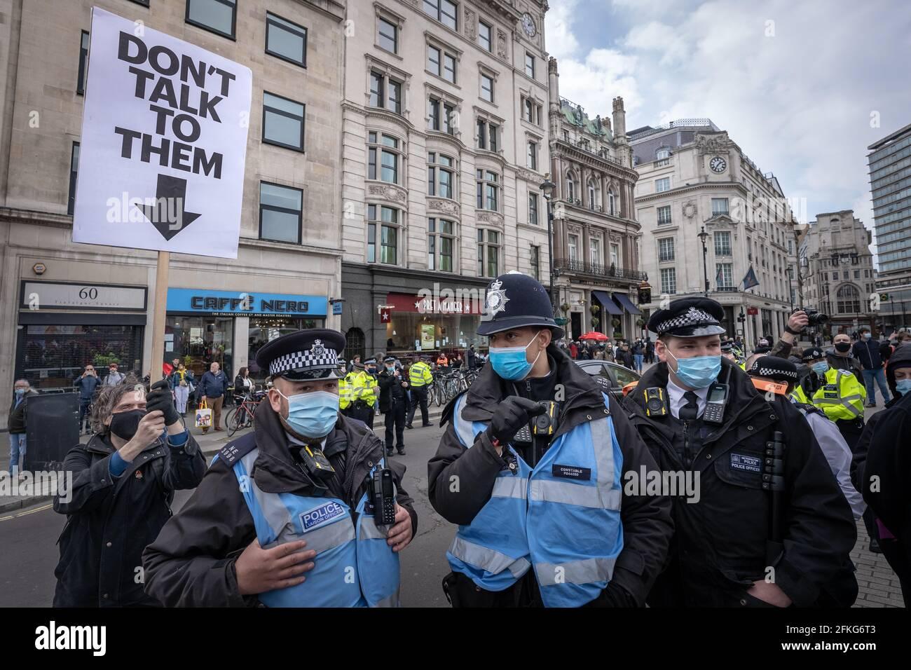Londra, Regno Unito. 1 maggio 2021. Uccidi la protesta di Bill. Migliaia di persone si riuniscono a Trafalgar Square pronti a marzo contro un nuovo progetto di legge di polizia, crimine, condanna e tribunali il giorno di maggio (o Festa del lavoro). Numerosi movimenti sociali si sono uniti per protestare contro il disegno di legge, che a loro parere avrebbe posto significativi cordoni sulla libertà di parola e di riunione, dando poteri di polizia per frenare le proteste, tra le altre misure. Credit: Guy Corbishley/Alamy Live News Foto Stock