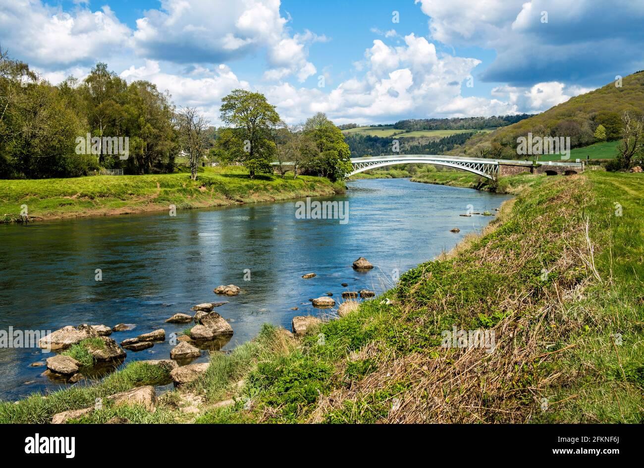 Ponte Bigswir che attraversa il fiume Wye, dove il fiume è il confine con il Galles dell'Inghilterra. Un bel giorno di primavera ad aprile. Foto Stock